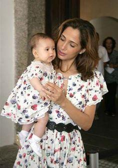 Vestido de Festa Infantil. A atriz Camila Pitanga se rendeu a essa combinação fofa de vestido com a sua bebê. Ficaram lindas! Imagem Pinterest.