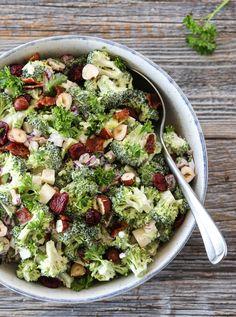 BROKKOLISALAT MED BACON, EPLE OG TRANEBÆR | TRINES MATBLOGG Sprouts, Bacon, Bbq, Food And Drink, Vegetables, Ethnic Recipes, Salad, Barbecue, Vegetable Recipes