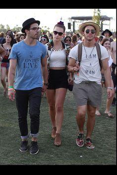 todas las imágenes de celebrities en el festival de coachella 2013: Joe y Nick Jonas | Galería de fotos 23 de 31 | Vogue