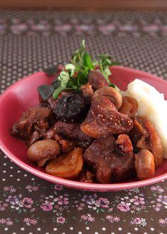じっくり煮込むことによって、フルーツの自然な甘みと赤ワインのコクがお肉にしみこみ柔らかく仕上がります。