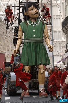 Life-like Giant Doll in London in May 2006 by the French group Royale Deluxe.It take a crew of over 30 operators to bring Giant Girl Doll to life. Girl Puppets, Marionette Puppet, Puppet Show, Little Giants, Art Brut, Jolie Photo, Fairy Dolls, Stop Motion, Just Amazing