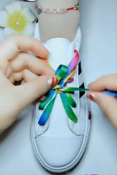 Tying shoe laces, knots, bows, ribbon etc. Shoe Crafts, Diy And Crafts, Crafts For Kids, Arts And Crafts, Creative Shoes, Creative Ideas, Diy Ideas, Tie Shoes, Clothing Hacks