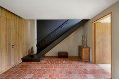 Houten deuren - stalen zwarte trap - rode tegels