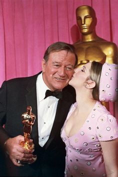 7 April 1970 - Barbra Streisand Kisses John Wayne, Winner of Best Actor For True Grit. Golden Age Of Hollywood, Hollywood Stars, Classic Hollywood, Hollywood Icons, Cannes, Iowa, Best Actor Oscar, Westerns, John Wayne Movies