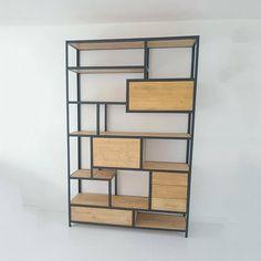 De kast is opgebouwd uit stalen hoekprofielen die het frame van de kast vormen. In het stalen frame liggen Eiken of Vuren planken (met eventueel een uitstraling van een andere houtsoort). Op sommige plekken is een kastje gemaakt, dat in het frame hangt, met een deurtje of lades. De