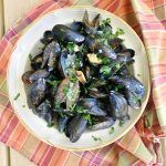 How to Clean & Cook Fresh Mussels {Recipe} - Older Mommy Still Yummy - Seafood Recipes Seafood Linguine, Linguine Recipes, Shrimp Recipes, Pasta Recipes, Crockpot Recipes, Cooking Recipes, Fish Recipes, Dessert Recipes, Mussels White Wine