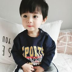 A imagem pode conter: 1 pessoa, criança Cute Baby Boy, Cute Little Baby, Little Babies, Cute Boys, Kids Boys, Little Boys, Baby Kids, Cute Asian Babies, Cute Korean Boys