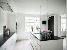 bordplade i sort mat granit Kitchen Dining, Kitchen Island, Dining Room, Granite, Terrazzo, Kitchen Interior, Countertops, Architecture, Kitchen Ideas