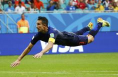 GOLAZO. Robin van Persie convierte de palomita un fenomenal gol con el que empata a Holanda ante España, en el partido que disputan en Salvador de Bahía. (REUTERS)