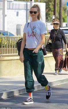 Casual School Outfits, Sporty Outfits, Simple Outfits, Green Joggers, Fashion Models, Fashion Trends, Women's Fashion, Behati Prinsloo, Elegant Outfit