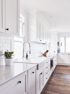 "For a small kitchen ""spacious"" it is above all a kitchen layout I or U kitchen layout according to the configuration of the space. Classic Kitchen, New Kitchen, Kitchen Dining, Kitchen Decor, Kitchen Ideas, Kitchen Cupboard, Rustic Kitchen, Kitchen Designs, Shaker Style Kitchen Cabinets"