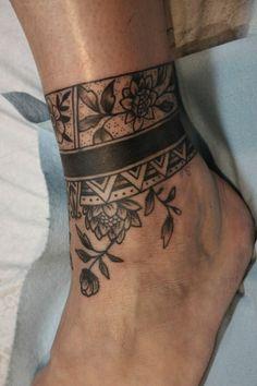 tattoo in stile tribale da realizzare sopra la caviglia e sul collo del  piede
