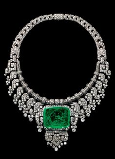 Necklace worn by Countess of Granard. Cartier London, special order, 1932. Platinum, diamonds, emerald. Height at centre 8.80 cm. Cartier Collection.