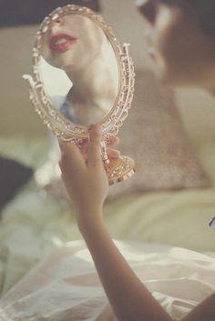 Olhar-se ao espelho e dizer-se deslumbrada: como sou misteriosa. Sou tão delicada e forte. E a curva dos lábios manteve a inocência (Clarice Lispector)