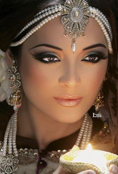 Indian wedding girl faced full jewelry make up candle light pic Beautiful Eyes, Beautiful Bride, Beautiful People, Indian Bridal Makeup, Wedding Makeup, Leila, Exotic Women, Exotic Beauties, Woman Face