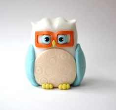 White fondant owl topper. This owl fondant is perfect for your baptism, baby shower, christening or 1st birthday celebration. by Les Pop Sweets on Gourmly