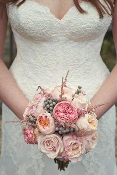 Ramo hermoso de la boda para este otoño con las rosas de jardín y Keira Julieta de la colección de David Austin