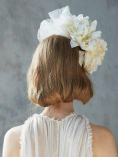 巻いた髪を丸め込んだボブ風のバックスタイル。デコラティブなボンネの存在感が華やかさをアピール。