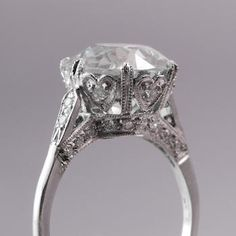Vintage engagement ring. BEAUTIFUL. I want my ring to look pretty from the side like this too!