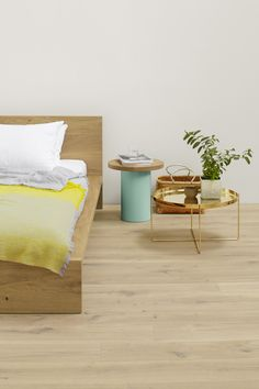 Side table HABIBI in brass by Philipp Mainzer, complemented by ENOKI table with marble top. Bed: MO in solid oak. / www.e15.com #e15 #solidwood