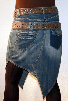 294.90 zł Ausgefallener Jeansrock mit Doppelbund. Hinten und vorne lange Spitzen. Zwei große und zwei kleine Taschen vorne. Hinten eine aufgesetzte Tasche und eine Klappe mit Zier-Druckknopf. Er ist über...