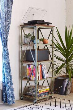 Estante rústica + livros + discos + plantas #decor #details