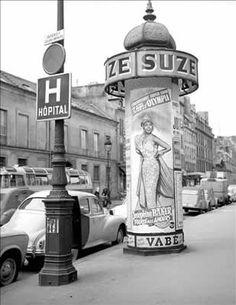 """Paris 1959 Rue de Sèvres. Affiche pour le spectacle """"Paris, mes amours"""" avec Joséphine Baker. Olympia."""
