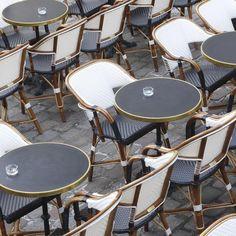 Quand je commence a voir ces chaises je sais que j'arrive bientôt , vous devinez oú ? #chaise#bar#restaurant#lifestyle #mylifestyle #toujourscontentedarriverici#sunnyday#