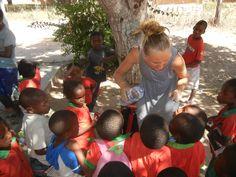 Agnese, dello staff di HUMANA, con alcuni dei bambini della Scuola di Muzuane.  #humana #mozambique #africa #volontariato #vacanzasolidale #turismoresponsabile #humanapeopletopeople