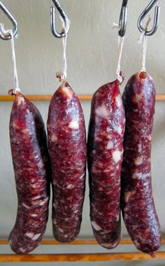 A recipe and instructions on how to make salami at home. This is a basic salami recipe with only pork (or wild boar), fat, salt, pepper and garlic. Salami Recipes, Homemade Sausage Recipes, Venison Recipes, Meat Recipes, Cooking Recipes, How To Make Salami, How To Make Sausage, Sausage Making, Canning Recipes