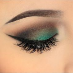 The perfect POP of green for a St. Patty's Day look! @makeupbykaitlynd looks lovely in our #614 lashes.