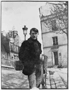Pablo Picasso Place Ravignon outside of Le Bateau Lavoir. From Picasso' s studio was in Montmartre, No. The studio building was known as Le Bateau Lavoir. Expo Picasso, Art Picasso, Pablo Picasso Young, Picasso Blue, Picasso Drawing, Henri Rousseau, Henri Matisse, Prado, Famous Artists