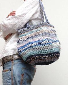 Handmade duurzame tas van recyclede repen stof. Hengsel heeft
