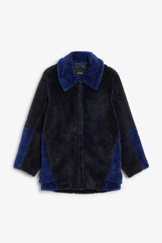 Faux fur jacket - midnight hour/electric blue - Coats & Jackets - Monki FR