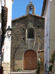 La Iglesia de Santa María de Gracia, del siglo XVI, atesora unos retablos en cerámica talaverana maravillosos.