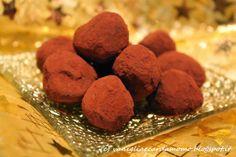 Bellissima idea regalo di Natale, questi morbidi tartufini, facilissimi e veloci da realizzare sono aromatizzati all'amaretto di saronno!  Ingredienti per 40/50 tartufi:  400g di cioccolato fondente  190ml di panna  70g di burro 2/3 cucchiai di liquore amaretto cacao amaro in polvere q.b. Cookies, Cacao Amaro, Desserts, Blog, 3, Crack Crackers, Tailgate Desserts, Deserts, Biscuits