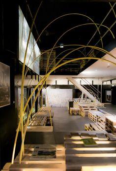 プラスチックチューブと輸送用パレットで構成されたイスタンブールの観光案内展ブース。