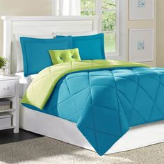 The turquoise blue and green water tones are ideal for the modern king bed frame. Choose boxes that contain this palette. Blue Bedding Sets, Green Bedding, Comforter Sets, Lime Green Bedrooms, Green Bedroom Walls, Turquoise Bedding, Turquoise Home Decor, Turquoise Color, Modern King Bed Frame