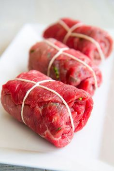 Braciole recipe Neapolitan-style is a dish that ran the history of the Southen-Italian cuisine! The meat is filled then slow cooked in a tasty tomato sauce! Meat Recipes, Dinner Recipes, Cooking Recipes, Beef Dishes, Pasta Dishes, Italian Dishes, Italian Recipes, Italian Foods, Braciole Recipe Italian