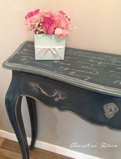 Console peinte par Amatxi Déco avec la Chalk Paint™ d'Annie Sloan - couleur Aubusson et le pochoir Abstract script d'Artisan Enhancements.