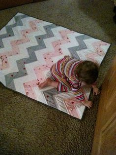 Books Lists Life: Chevron baby quilt or Half Square Triange (HST) quilt Quilt Baby, Cot Quilt, Baby Girl Quilts, Girls Quilts, Chevron Quilt, Baby Chevron, Easy Quilt Patterns, Baby Patterns, Easy Quilts