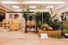 Casa Viva por Nathália Haber em Casa Cor Pará 2015 - A parede viva foi pensada como um quadro verde gigante, repleto de folhagens que climatizam o ambiente e emolduram o encontro de amigos.