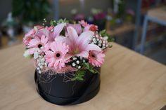 Gerbera și crin roz în cutie decorativă