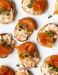 Double salmon canapés with horseradish