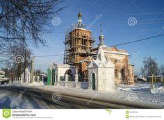 Ремонт колокольни Nikoliskogo храм в селе Мстеры на фоне голубого неба