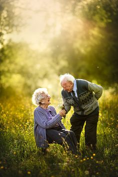 This Photographer Captures Elderly Couples Posing For Engagement-Style Photos Pics) Couples Âgés, Beaux Couples, Older Couples, Older Couple Poses, Couple Posing, Couple Photos, Photography Workshops, Nature Photography, Friend Photography