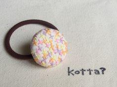 刺繍をした布をくるみボタンにしてゴムをつけました。ボタン/直径約3cmゴム/こげ茶色 直径約4cm ハンドメイド、手作り、手仕事品の通販・販売・購入ならCreema。