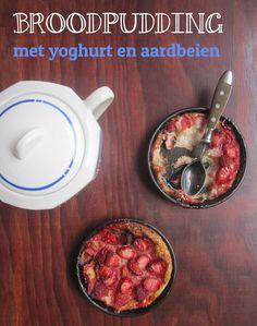 Eén van de marktkramers was zo vriendelijk om mij een Turks brood cadeau te doen. Sympathiek en lekker, maar aangezien ik niet zoveel brood eet - een beetje veel voor mij alleen.  Een omdat Turks brood zich niet zo goed laat invriezen en ik nog bergen chapelure in mijn kast heb staan, moest ik dus op zoek naar andere manieren om het op te gebruiken. Dessert dan maar... Broodpudding met yoghurt en aardbeien