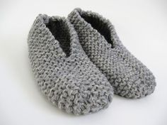 These slippers are thick and warm. This project is so fast and easy-to-do using two yarn strands. I knitted a pair of comfortable slippers with rustic wool yarn for great durability and warmth… Knitting Kits, Easy Knitting, Loom Knitting, Knitting Projects, Knitting Socks, Knitting Patterns, Gestrickte Booties, Knitted Booties, Knitted Slippers