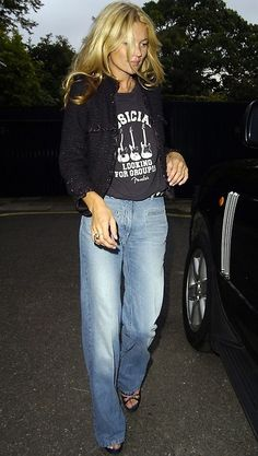 Kate Moss in Chanel jacket,love the flared jeans..check de collectie!!,
